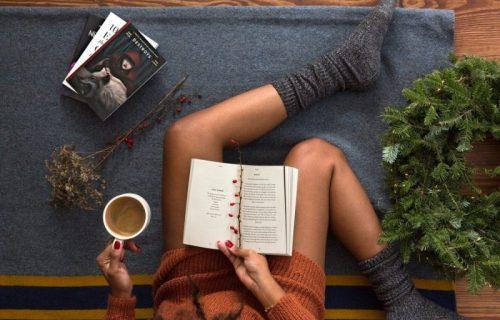 devojka čita
