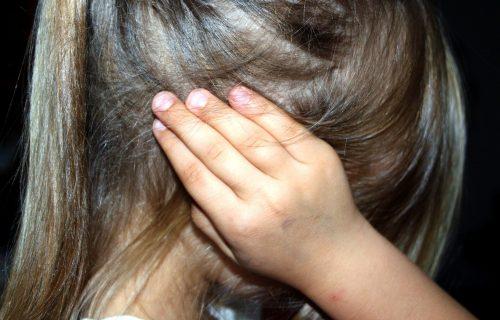 Devojčica (2) se gola igrala nožem, a to nije NAJGORE: Jezive scene zlostavljanja dece kod Bogatića