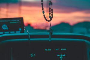 Krst na retrovizoru vozila statusni simbol novog doba