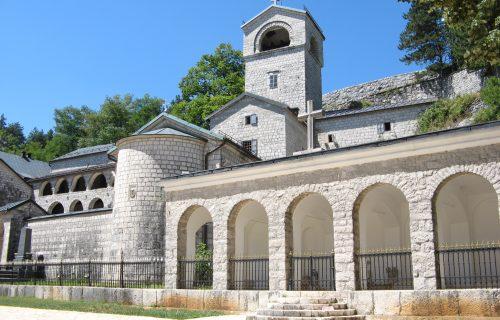 Episkopski savet saopštio: Zapanjeni smo postupanjem policije, vladika Joanikije i sveštenici moraju odmah da se oslobode