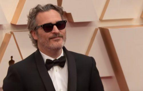 """Gest za divljenje! Nakon dodele Oskara otišao u klanicu! Zvezda filma """"Džoker"""" spasao strašne smrti kravu i tele!"""