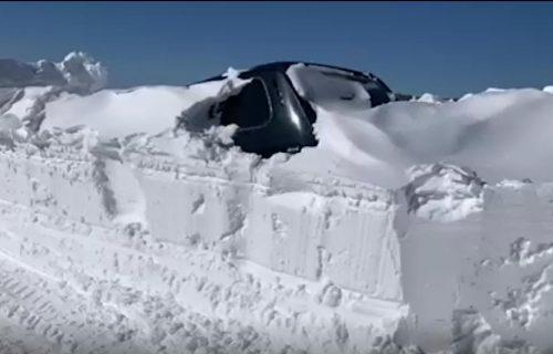 Srbija okovana smetovima: Vozila zatrpana snegom, pojedini putni pravci potpuno neprohodni (VIDEO)