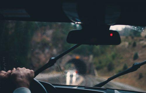 Vozači, oprez! Mokri kolovozi i odroni na putevima