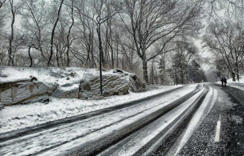 Upozorenje za vozače: Sneg i magla otežavaju saobraćaj, savetuje se OPREZ na pojedinim deonicama