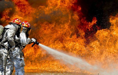 """Izgoreo splav kod hotela """"Jugoslavija"""": Požar gasilo 10 vatrogasnih ekipa"""