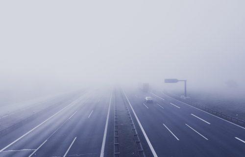 Vozači, veliki OPREZ! Smanjena vidljivost na auto-putu noćas zbog MAGLE