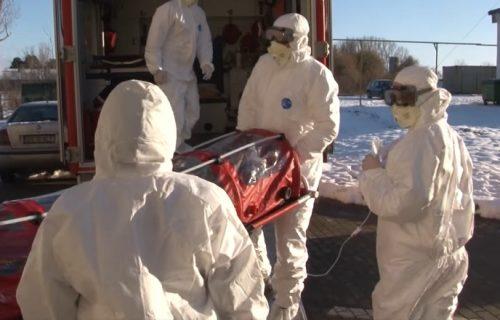 Prenosili bolesnu ženu misleći da ima koronavirus, pa im od straha ispala! (VIDEO)
