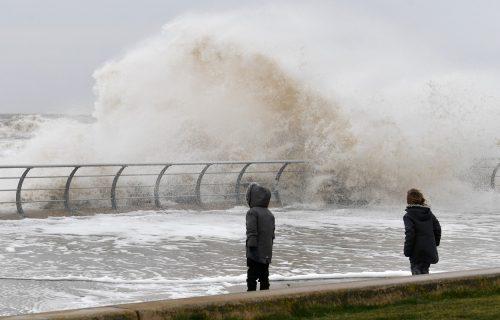 Uragan Hana pogodio Teksas: Snažni vetrovi i olujni talasi, strahuje se od tornada (VIDEO)