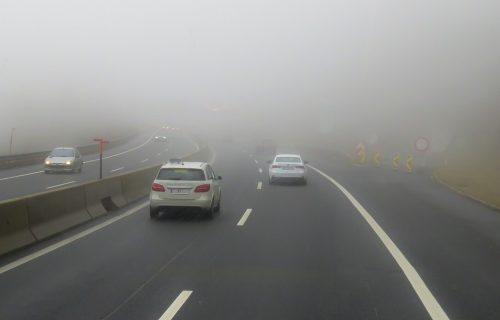 VOZITE OPREZNO! Putevi Srbije upozorili na gustu MAGLU, smanjena vidljivost na mnogim pravcima