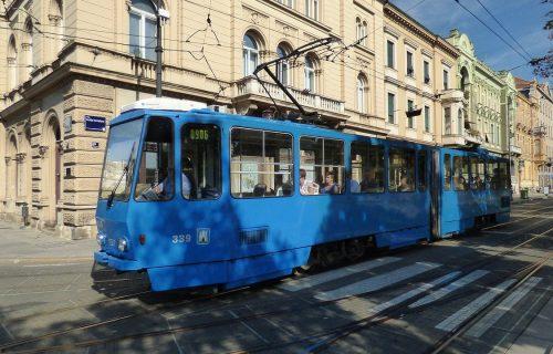 Autom uleteo u tramvajsku stanicu, vozač povređen