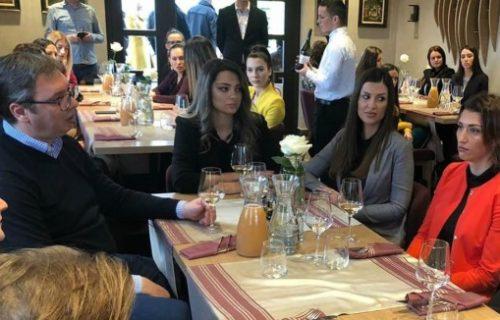 Prijatno druženje sa mladim liderima! Vučić u vinariji sa onima koji su budućnost Srbije (FOTO)