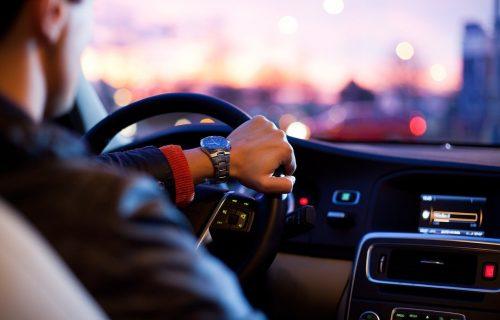 Vozači, PAŽNJA: Jutarnja magla otežava vožnju, ponegde ima i poledice na kolovozima