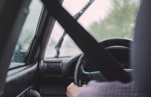 Oprez, vozači! Vlažni kolovozi zbog slabe kiše u nekim delovima zemlje