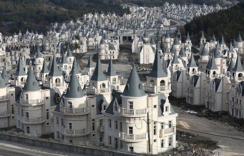 """Grad duhova kao iz """"Diznijeve"""" bajke: Provirite u jedno od najčudnijih mesta na zemlji (FOTO+VIDEO)"""