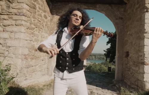 Potpuna izolacija u hotelskoj sobi: Nemanja Radulović je pozitivan na koronu (VIDEO)