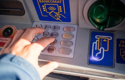Građani sve više novac podižu na bankomatima