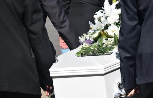 Što me SINE ostavi? Dečak iz Mokrina sahranjen je u BELOM kovčegu, a JAUCI majke parali su nebo