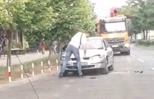 Čovek usred bela dana ČEKIĆEM udarao u automobil: Elegantno je prišao, a onda je usledio LOM (VIDEO)