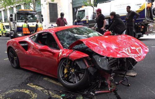 Gde ćeš na dabl-deker?! Od Ferrarija ostala olupina (VIDEO)