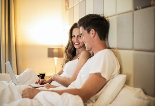 Rezultati istraživanja pokazuju da parovi koji zajedno gledaju PORNO filmove ostaju DUŽE u vezi!