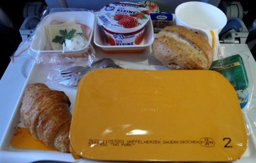 """""""Sve je baš kao u avionu, osim pogleda kroz prozor"""": Ruska avio-kompanija počela sa dostavom obroka koje služe tokom letova"""