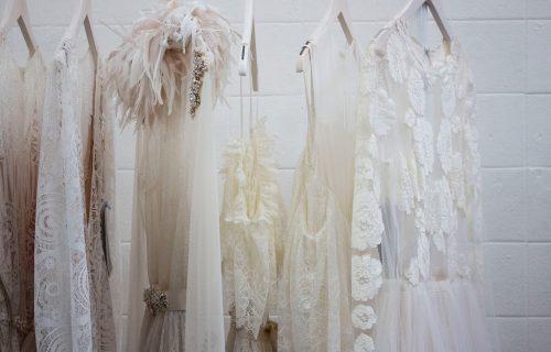 Ne izlaze iz mode: Čipkaste haljine popularne u svim bojama