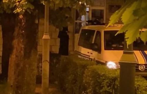 Vladika Joanikije i sveštenici SPROVEDENI U TUŽILAŠTVO: Vernici tek posle službe dozvolili da policijska vozila sa uhapšenima prođu