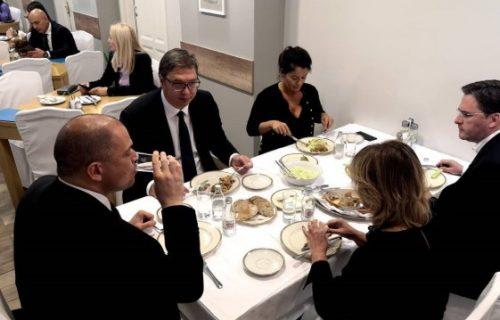Ništa bez sarme: Vučić objavio fotografije sa radnog ručka sa saradnicima (FOTO)