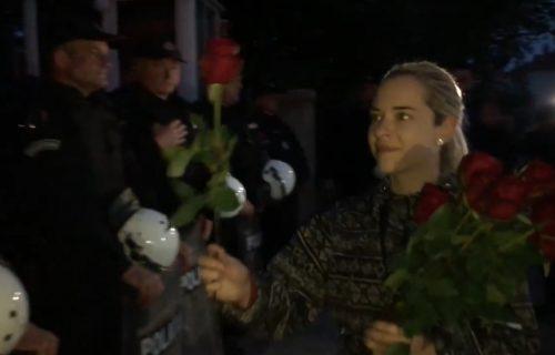 Dirljiva scena u Nikšiću: Ćerke uhapšenog sveštenika policajcima poklonile ruže (VIDEO)