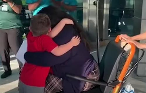 """""""Oni su razlog zašto se budim ujutru"""": Samohrana majka pobedila koronu, pa doživela NAJEMOTIVNIJI trenutak (VIDEO)"""