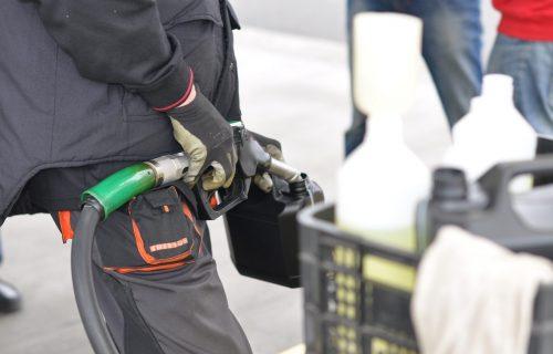 Koliko još možete da vozite kad se upali lampica za gorivo? Ovaj spisak i jednostavan trik daju odgovor