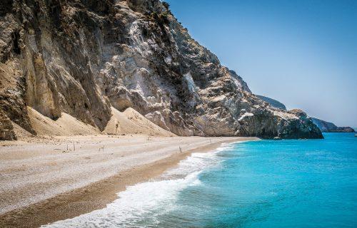 Šetali se i sunčali na plaži, zapanjili se kada su videli ŠTA se nalazilo ispod peska