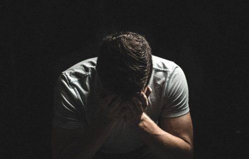 Prevarena devojka plakala je tri dana, a onda je bivšem poslala na vrata teret zbog kojeg je on plakao još duže (VIDEO)