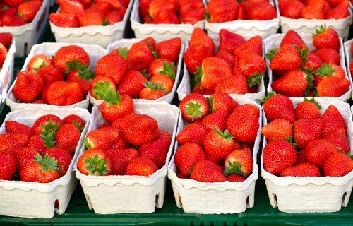 Uvoznim jagodama je cena PAPRENA: Evo kad će se na pijacama naći DOMAĆE i koliko će koštati