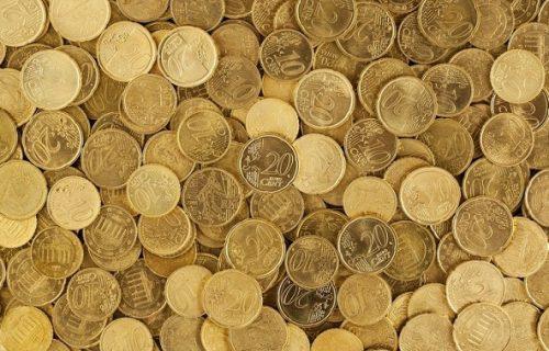 Bacila sve novčiće na pod i napravila prvoklasan tepih (FOTO)