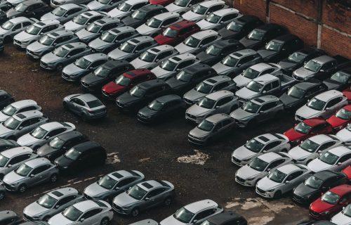 MAJSTOR ZA VOLANOM: Kako se izvući s parkinga kada ste potpuno zarobljeni (VIDEO)