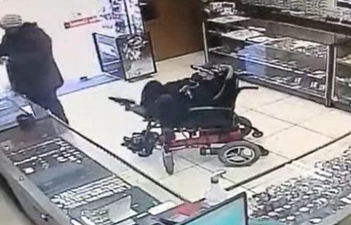 I to je moguće: NEPOKRETAN i nem pokušao da opljačka zlataru, a evo gde je držao pištolj! (VIDEO)