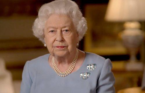 Engleska kraljica u korona stilu: Novi portret Elizabete II sa maskom na licu (FOTO)
