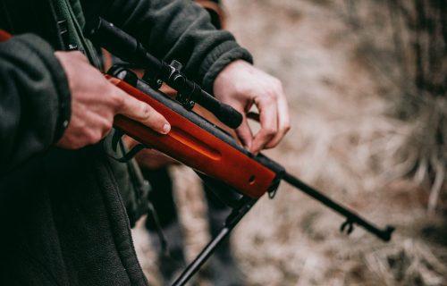 Nesreća u lovu: Muškarac ISPALIO patronu u nogu drugog lovca, HITNO mu ukazana medicinska pomoć