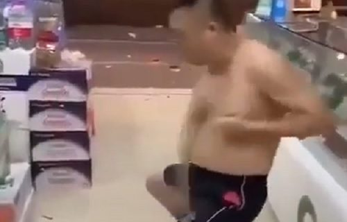 """Međunožje od čelika! Skinuo se u prodavnici i krenuo svom snagom da se udara """"dole"""" (VIDEO)"""