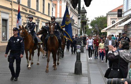 Defile Čete konjanika Policijske brigade i Orkestra policije u Knez Mihailovoj (FOTO+VIDEO)