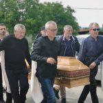 Dobrivoje Topalović sahranjen u rodnom selu: Kum Miroslav Ilić plakao za njim (FOTO+VIDEO)