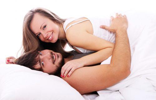 Mobilni, viljuška i... biber? Najgori saveti iz ženskih časopisa za uzbudljivo vođenje ljubavi