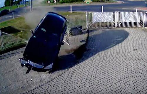 Fordom preleteo kružni tok, pa se zabio u zgradu! (VIDEO)