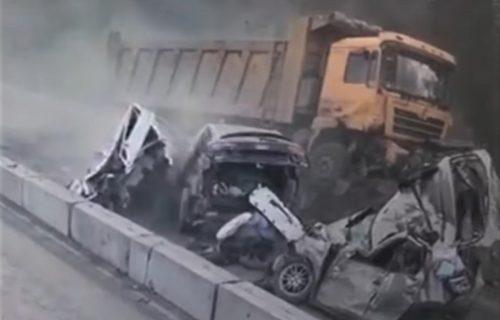 Kamion u punoj brzini UNIŠTAVAO sve pred sobom, vozači nisu imali kud (VIDEO)