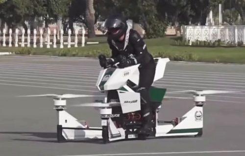 Kako izgleda pad sa LETEĆEG motocikla: Trening policije u Dubaiju pošao naopako (VIDEO)
