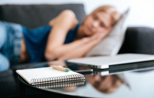 Obožavate popodnevnu dremku na kauču? 4 razloga zbog kojih to NIKAKO ne smete da radite