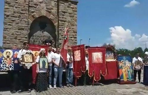 Više od 1.000 ljudi obeležava Vidovdan na Gazimestanu, vijore se srpske zastave