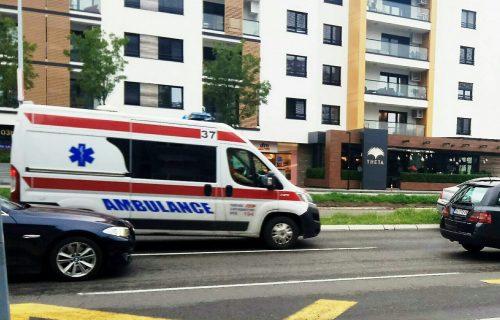Težak UDES u Zemunu: Auto se od siline udarca prevrnuo i sleteo sa kolovoza