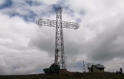 Pola Srbije će moći da ga vidi: Kod Kraljeva podignut KRST visok 33 metra i težak 16,5 tona (FOTO+VIDEO)
